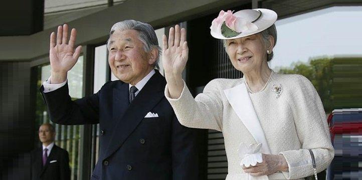 Photo of Император и императрица посетили теннисный корт, где они впервые встретились 61 год назад