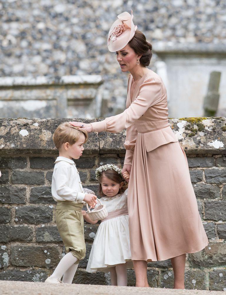 Кейт на свадьбе своей сестры Пиппы приглядывает за мальчиками пажами и маленькими цветочницами