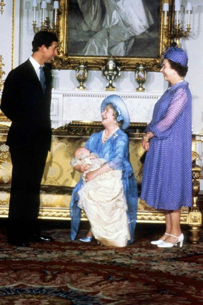 Королева-мать держит на руках своего правнука принца Уильяма