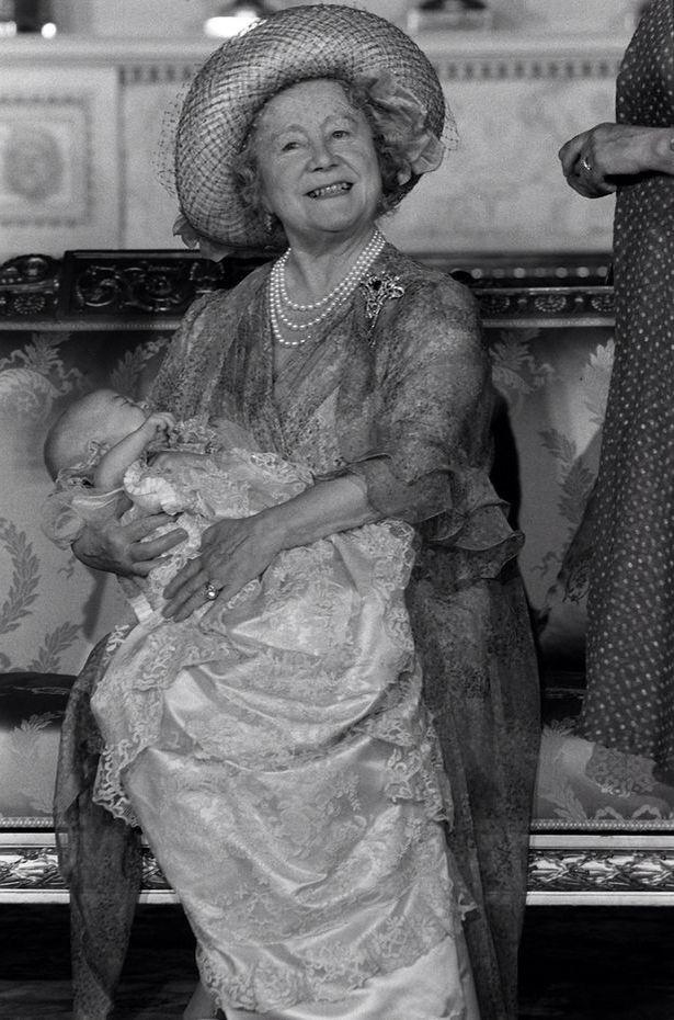 Гордая прабабушка - королева-мать с принцем Уильямом в день его крестин