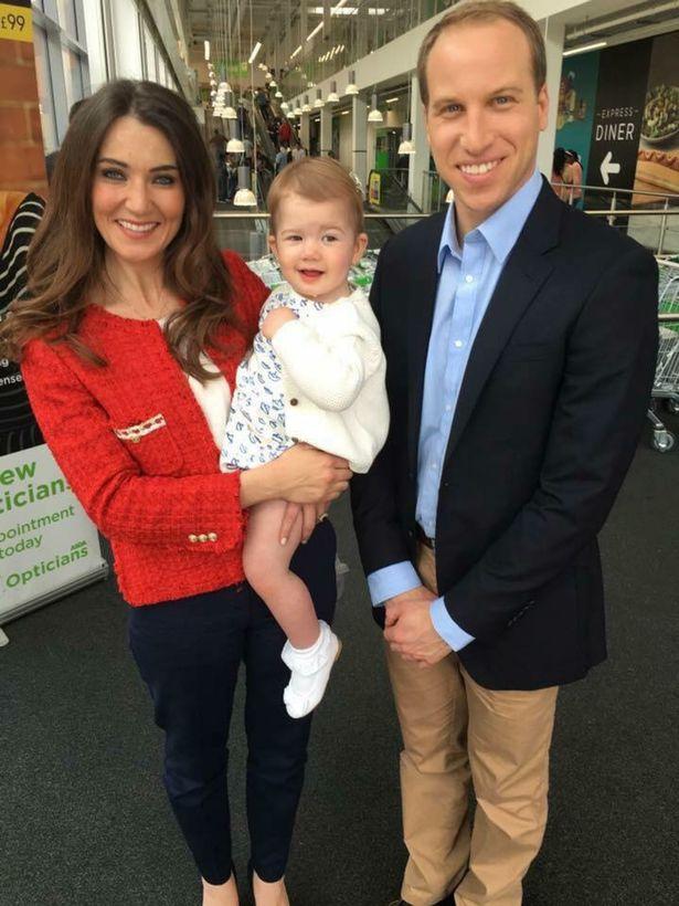 Двойники Кейт Миддлтон и принца Уильяма со Скарлетт, изображающей Принцессу Шарлотту (изображения: Меркурий СМИ)