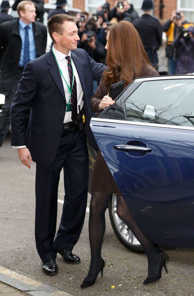 Кейт Миддлтон закрывает дверь автомобиля