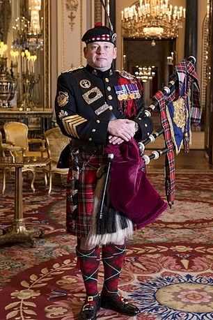 Волынщик Скотт Метвен играет для Королевы с 2015 года