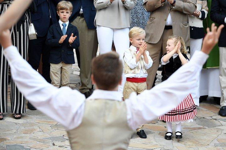 Принц Жак и принцесса Габриэлла радостно аплодируют выступающим артистам