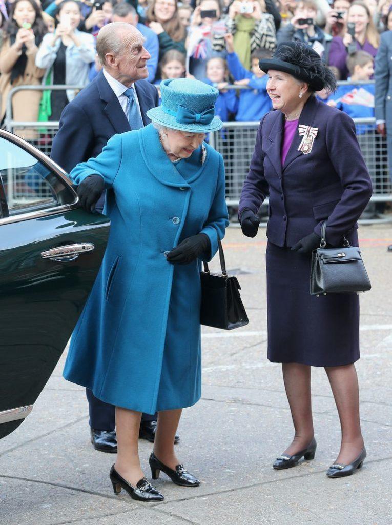 Королева закрыла дверь автомобиля