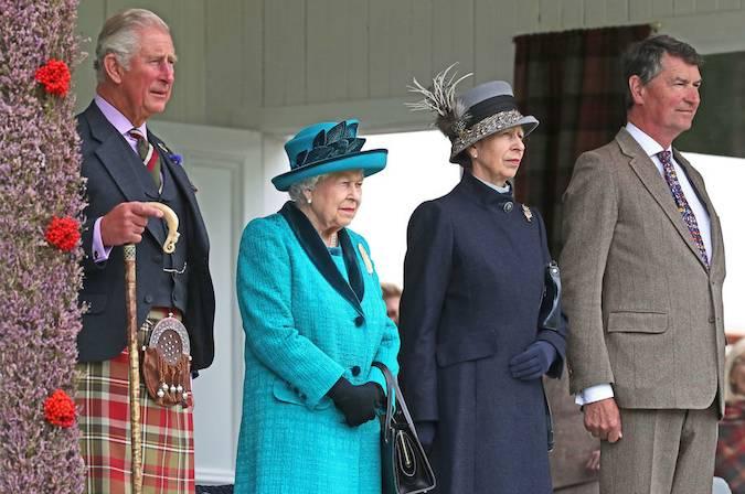 К Королеве присоединилисьПринц Чарльз, известный в Шотландии как герцог Ротсей, ипринцесса Аннасо своим мужем Тимоти Лоуренсом.