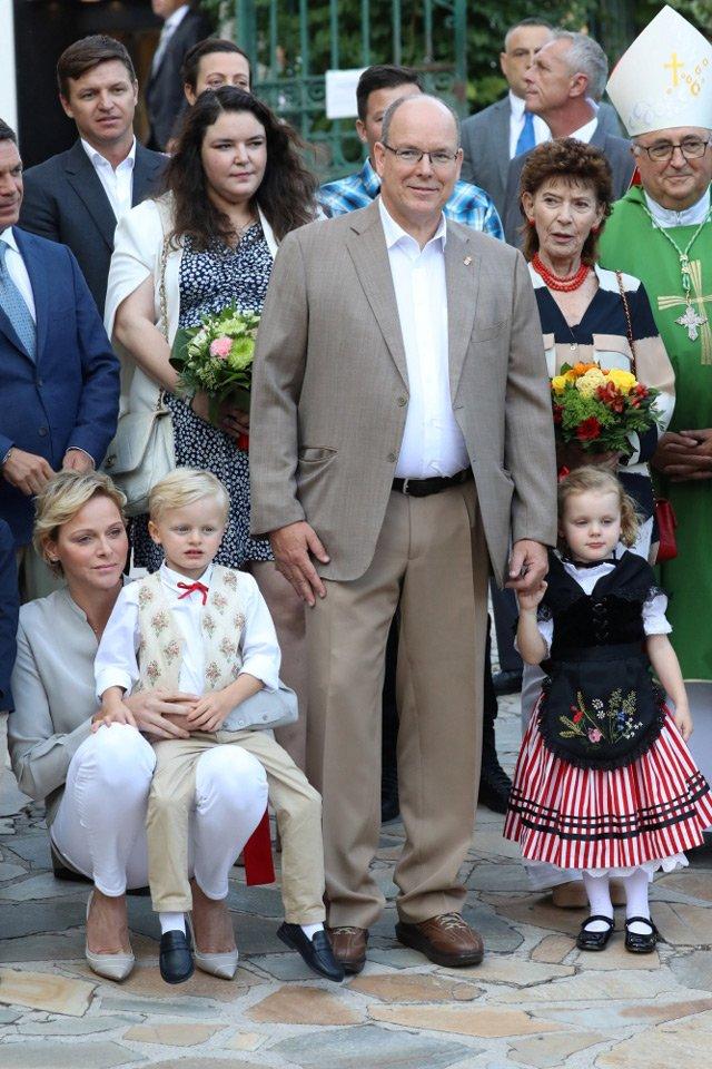 Королевские близнецы Монако с родителями