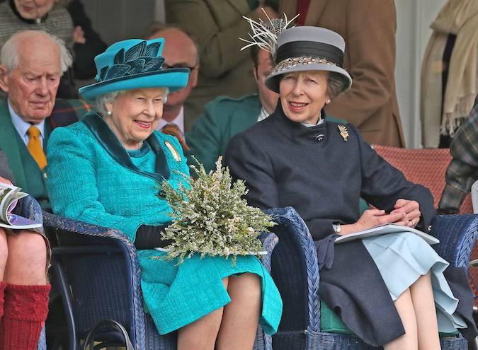 Ее Величество не может не улыбаться, когда она наслаждается событиями дня, который она посещала ежегодно с тех пор, когда была еще маленькой девочкой.