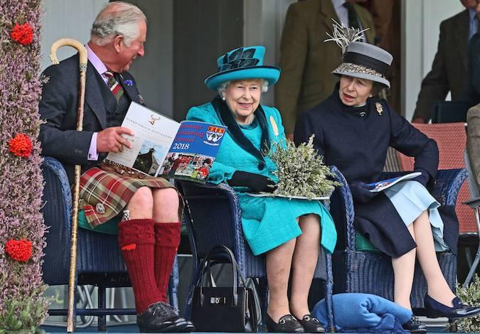 Что бы Чарльз ни говорил Королеве, это вызвало ее улыбку! Монарх явно наслаждался великолепным днем и более чем счастлива вернуться к своим официальным обязанностям.
