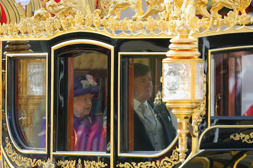Photo of Королева Максима нарушает протокол, поцеловав королеву Елизавету