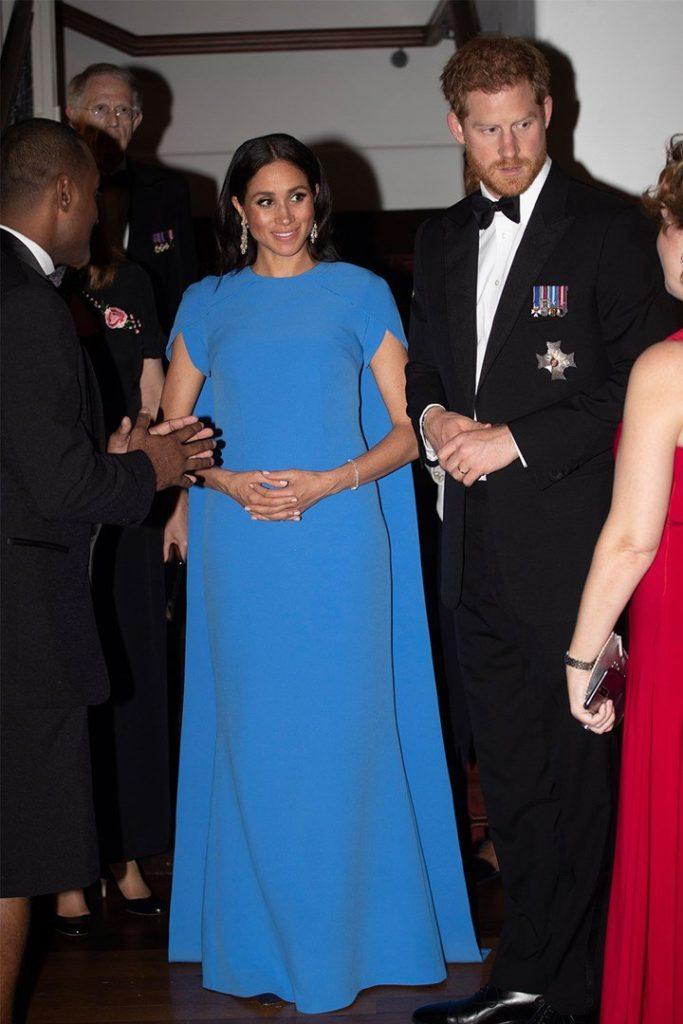Меган пришла на прием в ярко-голубом платье и бриллиантах