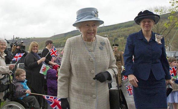В 2012 году Королева открыла Общинную начальную школу в Аберфане