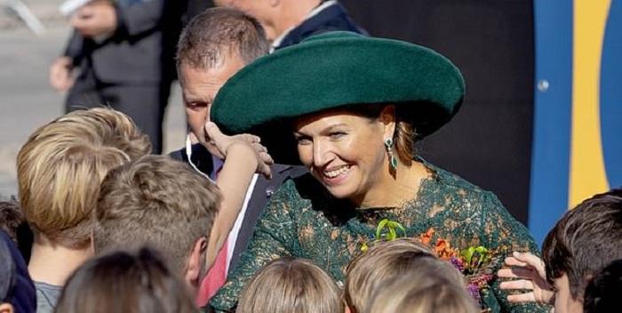 Photo of Королева Нидерландов чуть не упала во время визита в Утрехт