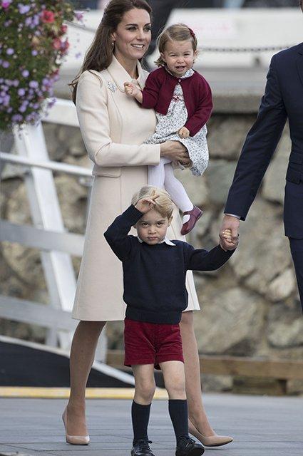 Кейт с принцессей Шарлоттой и принцем Джорджем (Фото: Stephen Lock - Pool/Getty Images)