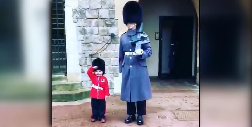 Photo of Малыш приветствует солдат королевской гвардии в Виндзоре