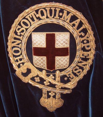 Символ ордена Подвязки, вышитыйна левом плече синей бархатной мантии рыцаря
