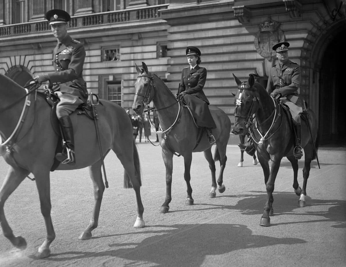 12 июня 1947 года Королева, тогда еще принцесса Елизавета, покидает Букингемский дворец, чтобы принять участие в ее первом Trooping the Colour, который отмечал день рождения ее отца, короля Георга VI