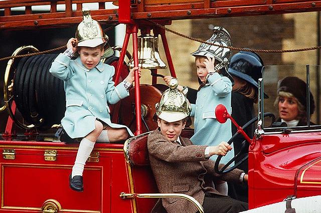 Принцесса Диана с принцами Уильямом и Гарри и их кузенами Зарой и Питером
