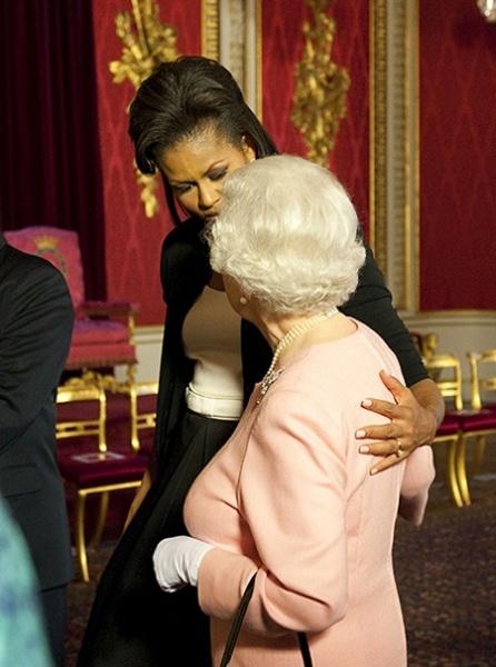 Съемки в бондиане, чувство юмора и реакция на объятия Мишель Обамы: что мы узнали о Елизавете II из новой книги ее стилиста