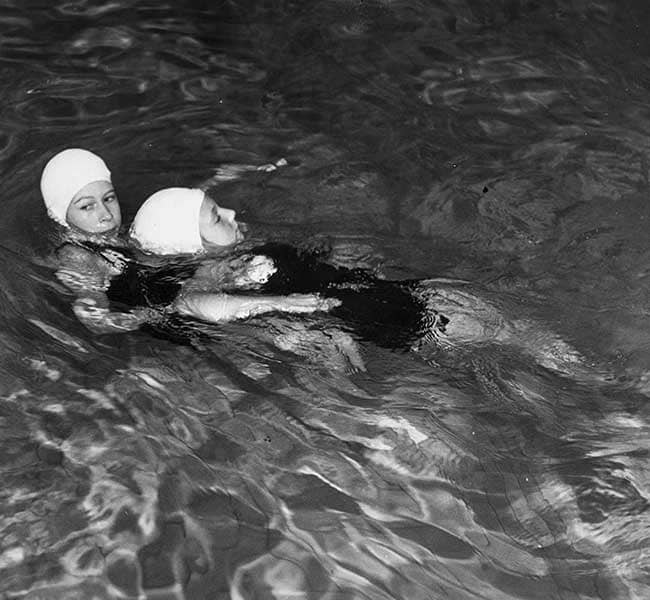Тогдашняя Принцесса Елизавета получает награду за спасение жизни в 1939 году
