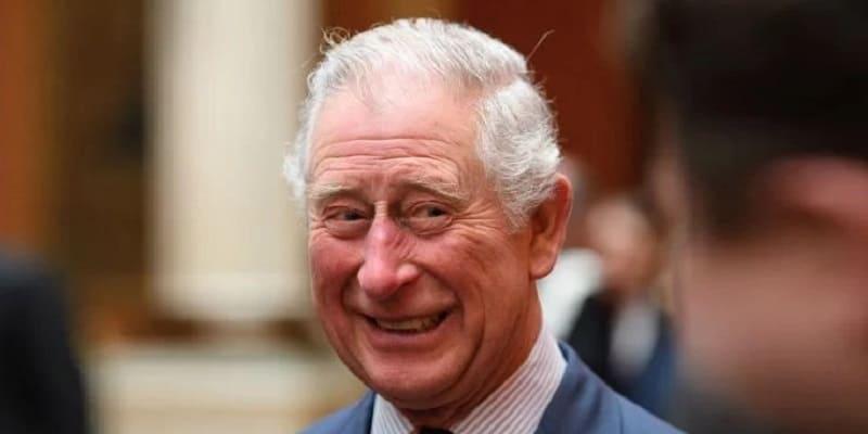 Photo of Принцу Чарльзу приходится сдерживаться, чтобы не пожимать руки окружающим