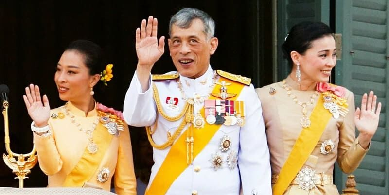 Photo of Король Таиланда полетел на роскошную вечеринку в свою честь, игнорируя обстоятельства в мире