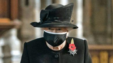 Photo of Королева впервые надела маску, чтобы возложить букет на могилу Неизвестного солдата